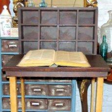 Antigüedades: BONITO ESCRITORIO ARTESANO CON CASILLERO, POSIBLEMENTE RECEPCIÓN DE HOTEL, MADERA BUEN ESTADO .W. Lote 204119130