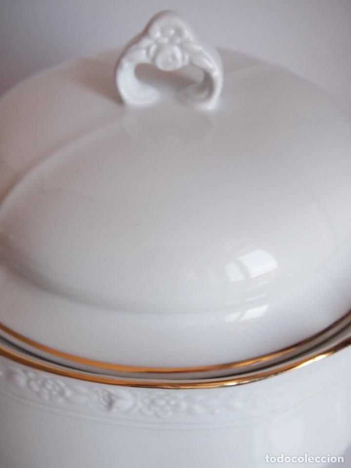 Antigüedades: sopera porcelana santa clara. Con flores en relieve y filo dorado - Foto 5 - 204159087