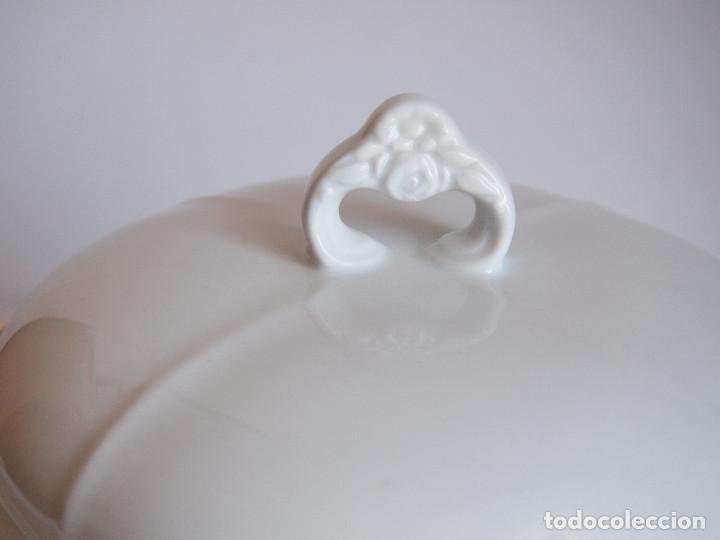 Antigüedades: sopera porcelana santa clara. Con flores en relieve y filo dorado - Foto 6 - 204159087