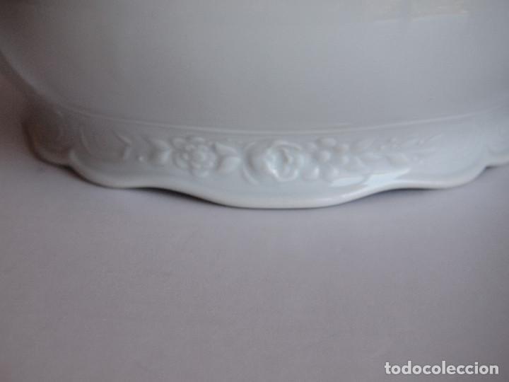 Antigüedades: sopera porcelana santa clara. Con flores en relieve y filo dorado - Foto 7 - 204159087