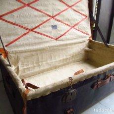Antigüedades: GRAN BAUL/MALETA PIEL CON HOJA DE SEPARACION DE FIBRA LA CONCEPCION-FUENCARRAL MADRID. Lote 204197915