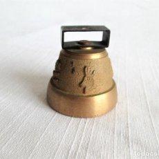 Antigüedades: CAMPANA DE BRONCE MACIZO CON IMAGEN DE CORZO, DE LA FERIA DEL CABALLO. Lote 204235912