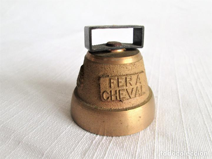 Antigüedades: CAMPANA DE BRONCE MACIZO CON IMAGEN DE CORZO, DE LA FERIA DEL CABALLO - Foto 2 - 204235912