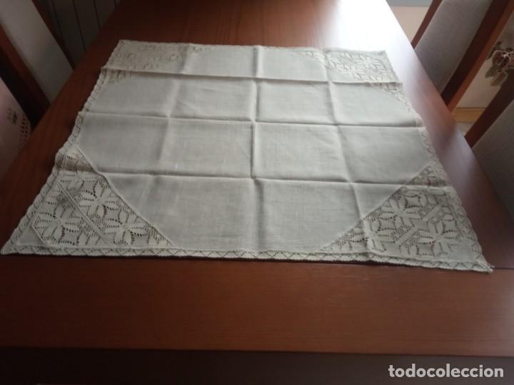 TAPETE DE HILO BORDADO A GANCHILLO COLOR BEIGE (Antigüedades - Hogar y Decoración - Tapetes Antiguos)