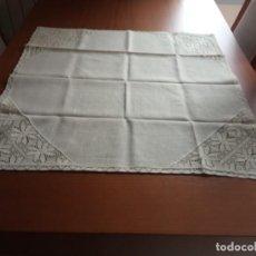 Antigüedades: TAPETE DE HILO BORDADO A GANCHILLO COLOR BEIGE. Lote 204240638