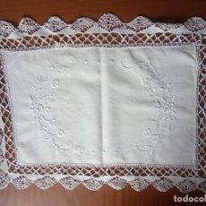 Antigüedades: TAPETE DE TELA BORDADO Y GANCHILLO. Lote 204306850