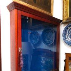 Antigüedades: FANTASTICA VITRINA DE COLGAR EN MADERA Y CRISTAL CON LLAVE ORIGINAL - MEDIDA TOTAL 87X87 CM. Lote 204321163