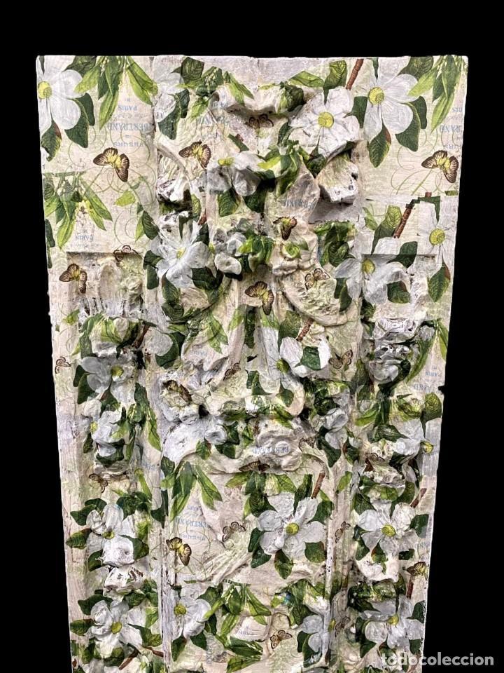 Antigüedades: Tabla efecto retablo decorada con flores camelias, mariposas,... - Foto 2 - 204362585