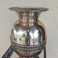 Antigüedades: BONITO JARRÓN FLORERO DE LATÓN. Lote 204364033