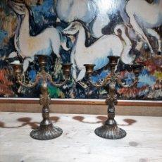 Antigüedades: PAREJA DE CANDELABROS PORTA VELAS DE LATON FINALES DEL XIX PRIN DEL XX. Lote 204382100