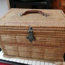 Antigüedades: CESTA MIMBRE PARA PICNIC CON JUEGO DE FIAMBRERAS. Lote 204402181