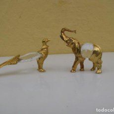 Antigüedades: MINIATURAS FIGURAS CRISTAL Y BRONCE SOBREDORADO. ELEFANTE Y PAVO REAL. Lote 204407223