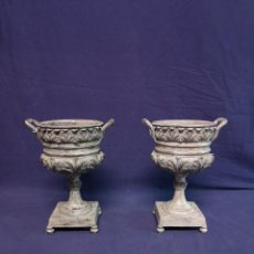 Antigüedades: PAREJA DE COPAS BRONCE PINTADAS. Lote 204408135