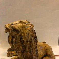 Antigüedades: PAREJA DE LEONES DE CERAMICA TRIANA O TALAVERA. Lote 204423940