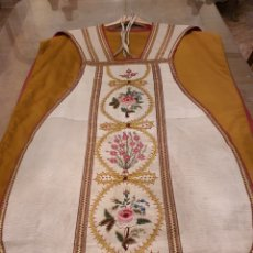 Antigüedades: CASULLA SEDA BORDADA A MANO. RELIGIOSAS 1930.. Lote 204440272