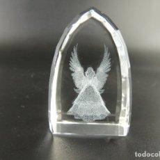 Antigüedades: PISAPAPELES EN BLOQUE DE CRISTAL CON ANGEL GRABADO EN SU INTERIOR. Lote 204455776