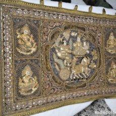 Antigüedades: TAPIZ BIRMANO ANTIGUO DIOSAS SUERTE. Lote 204533631