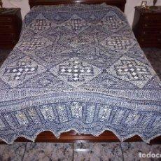 Antigüedades: PRECIOSA - ANTIGUA COLCHA DE MALLA REALIZADA MANUALMENTE.VER DESCRIPCION.240 X 280 CM.. Lote 204624802