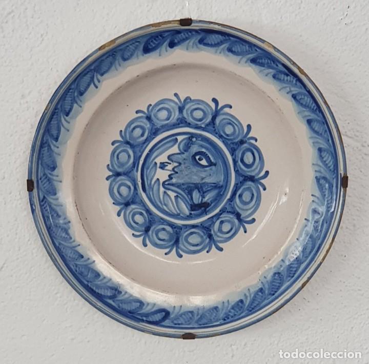 PLATO CERÁMICA VALENCIANA - HOMBRE CON PIPA - SG XIX - 33,8 X 33,6 CM - MUY RARO. (Antigüedades - Porcelanas y Cerámicas - Ribesalbes)