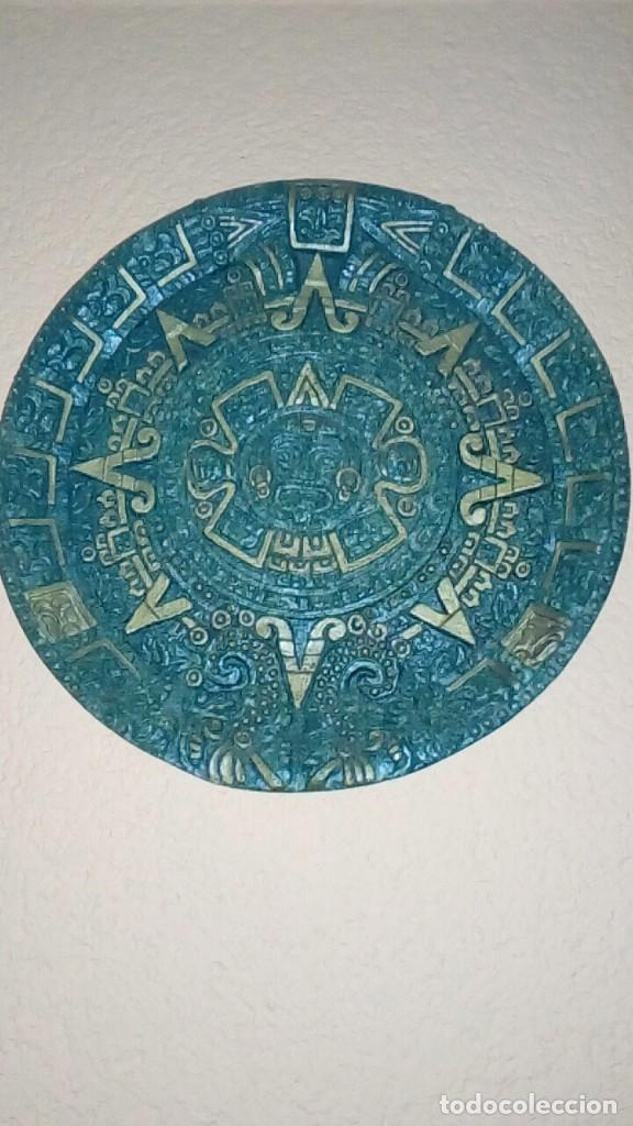 PLATO CON MOTIVOS AZTECAS HECHO EN SÍMIL DE MALAQUITA CON BASE DE TERCIOPELO 26 CM (Antigüedades - Hogar y Decoración - Platos Antiguos)