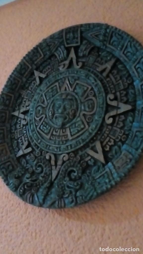 Antigüedades: plato con motivos aztecas hecho en símil de malaquita con base de terciopelo 26 cm - Foto 2 - 204628255