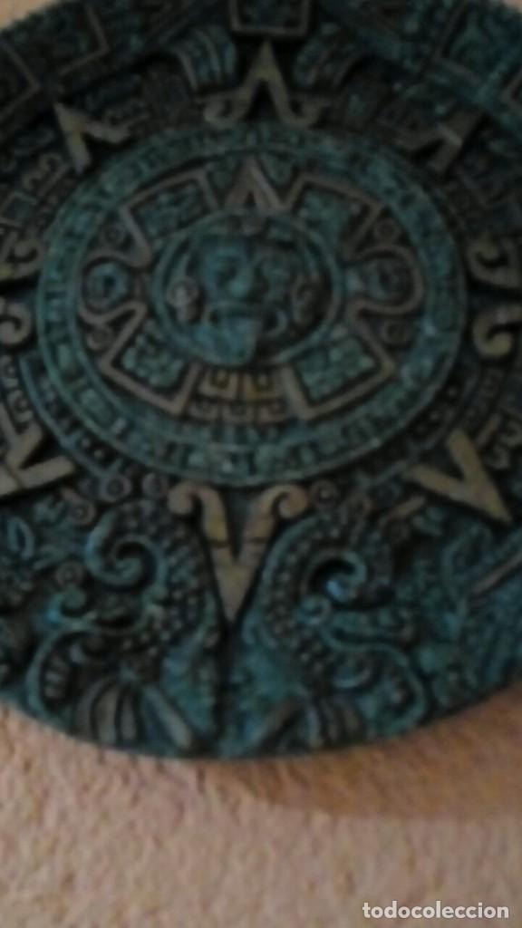Antigüedades: plato con motivos aztecas hecho en símil de malaquita con base de terciopelo 26 cm - Foto 3 - 204628255