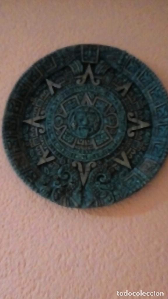 Antigüedades: plato con motivos aztecas hecho en símil de malaquita con base de terciopelo 26 cm - Foto 4 - 204628255