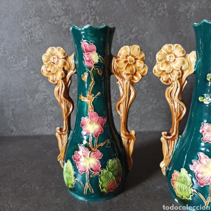 Antigüedades: Antigua Pareja de violeteros jarrones floreros de cerámica esmaltada Mayolica * Modernistas - Foto 2 - 196043696