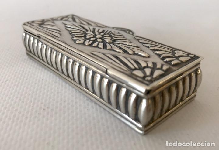 Antigüedades: Caja de plata de ley repujada, contrastada en la base. Peso 36 gr. - Foto 2 - 204657687