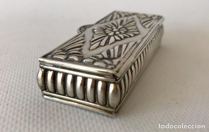 Antigüedades: Caja de plata de ley repujada, contrastada en la base. Peso 36 gr. - Foto 3 - 204657687
