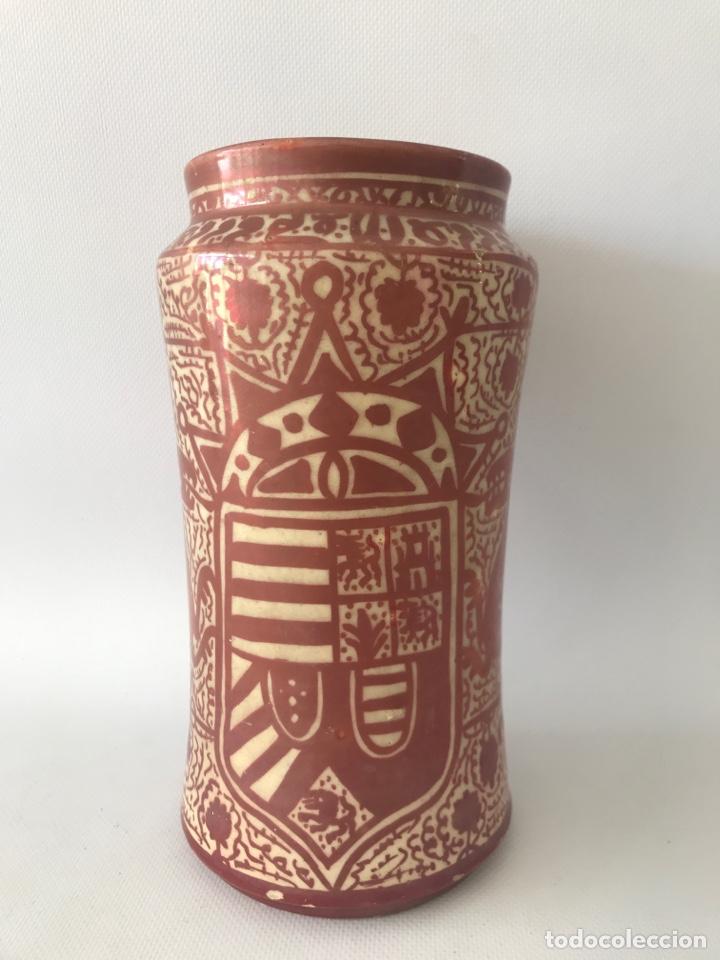 ALBARELO DE REFLEJO METÁLICO DE MANISES, CON ESCUDO. PRIMERA MITAD DEL SIGLO XX (Antigüedades - Porcelanas y Cerámicas - Manises)