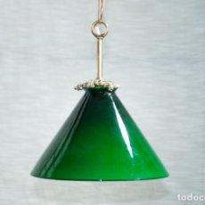 Antigüedades: BONITA LAMPARA UNA LUZ PANTALLA DE VIDRIO VERDE I BLANCO. Lote 204699482