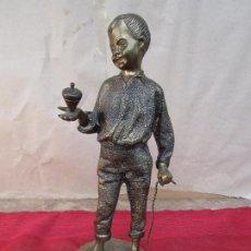 Antiguidades: FIGURA DE BRONCE MACIZO DE NIÑO BAILANDO UNA PEONZA. 2 KGS. ANTIGUA. Lote 204703460