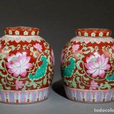 Antigüedades: BONITA PAREJA DE TIBORES EN PORCELANA CHINA FAMILIA ROSA. MARCA EN LA BASE. 23*20CM. Lote 204761908