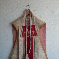 Antigüedades: CASULLA DE SEDA DAMASQUINADA - ESTOLA, MANÍPULO Y CÍNGULO - SIGLO XIX. Lote 204777612