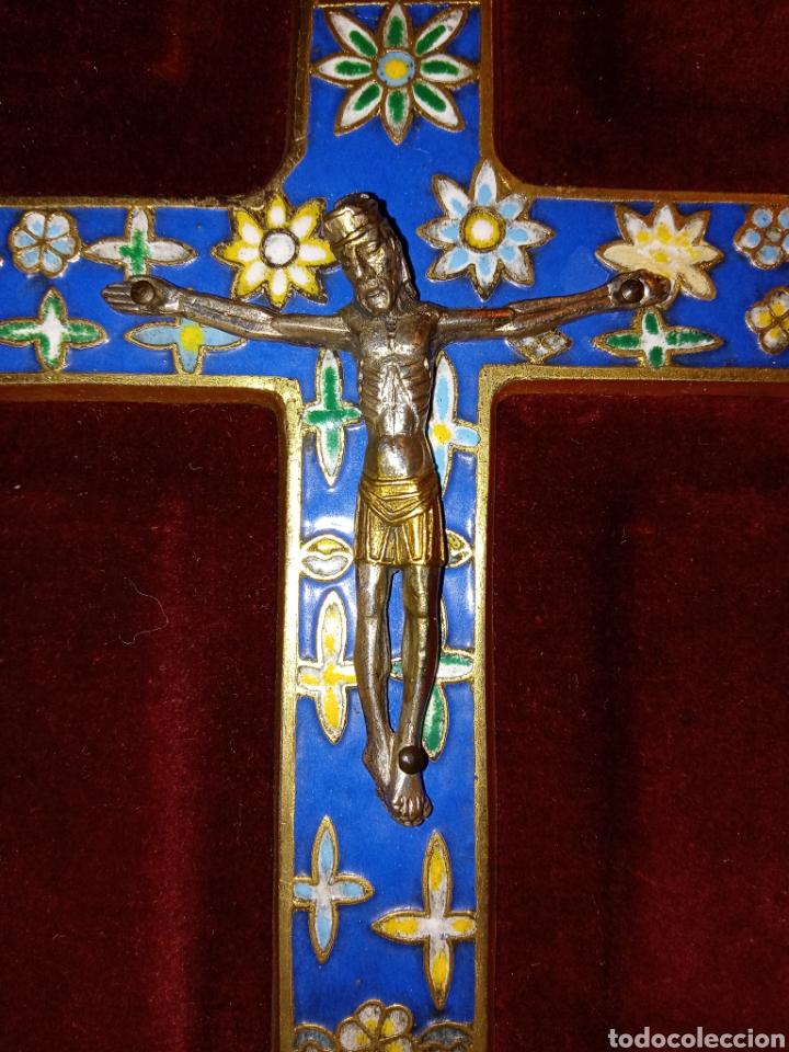 IMPORTANTE CRUZ ROMANICA DE ESMALTES - CRISTO DE PLATA - ENMARCADO EN MADERA Y PAN DE ORO (Antigüedades - Religiosas - Orfebrería Antigua)