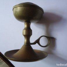 Antigüedades: PORTAVELAS. Y ACEITERA PARA ALUMBRAR ANTIGUO DE BRONCE CON ASA.13 CTS DE ALTO. 9 CTS LA BASE.. Lote 204835963