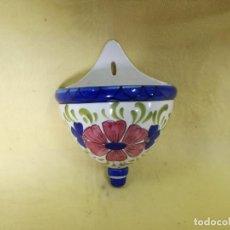 Antiquités: MACETERO DE PARED PINTADO A MANO, MOTIVOS FLORALES, VINTAGE, UNOS 31 CMS. DE ALTO. Lote 204977582
