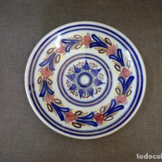 Antiquités: PLATO DE CERÁMICA DE TOLEDO, PINTADO A MANO, FIRMADO EN BASE G C PARZ., UNOS 28 CMS.. Lote 204978986