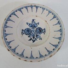Antigüedades: ANTIGUO PLATO - CERÁMICA CATALANA - DECORADO CON FLORES - 30 CM DIÁMETRO - FINALES S. XVIII. Lote 204986920