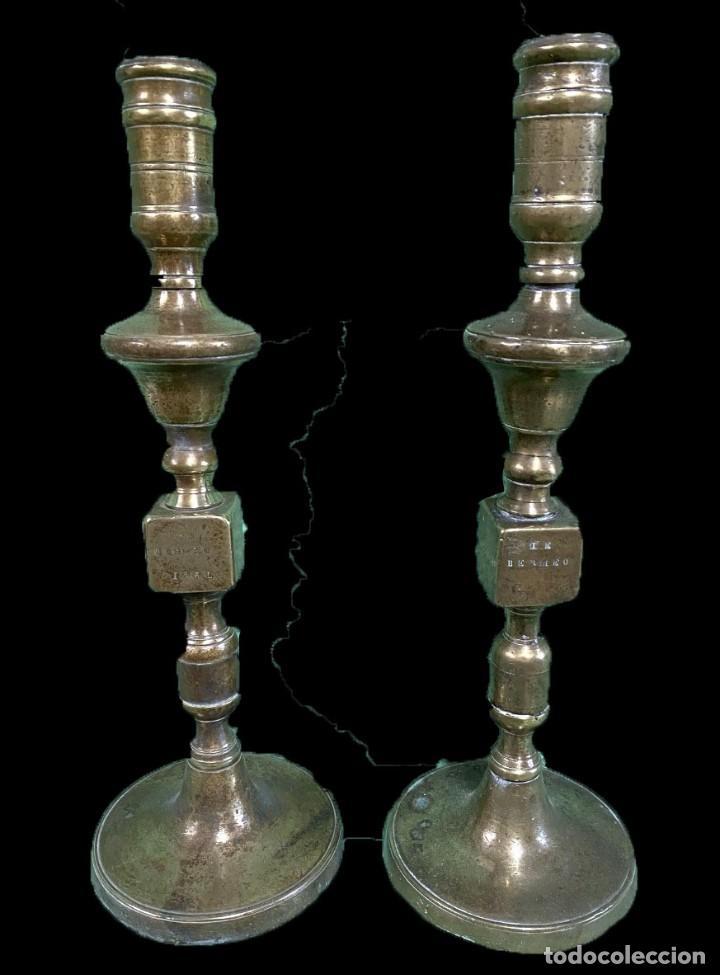 ANTIGUA PAREJA DE CANDELABROS DE BRONCE DE 1867. FIRMADOS. 38 CM DE ALTO. (Antigüedades - Iluminación - Candelabros Antiguos)