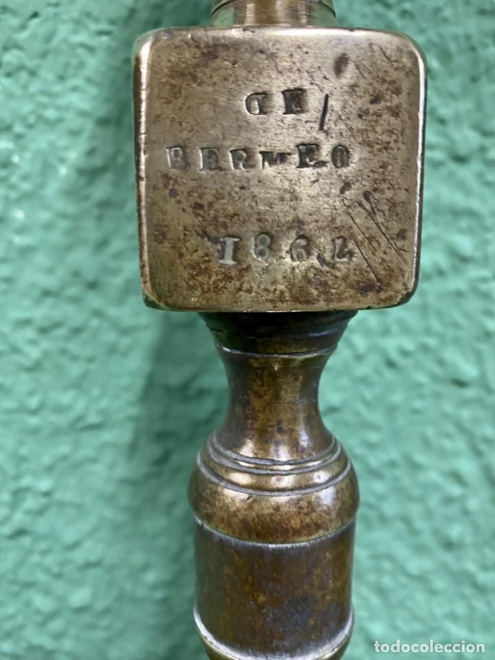 Antigüedades: Antigua pareja de candelabros de bronce de 1867. Firmados. 38 cm de alto. - Foto 2 - 195094707