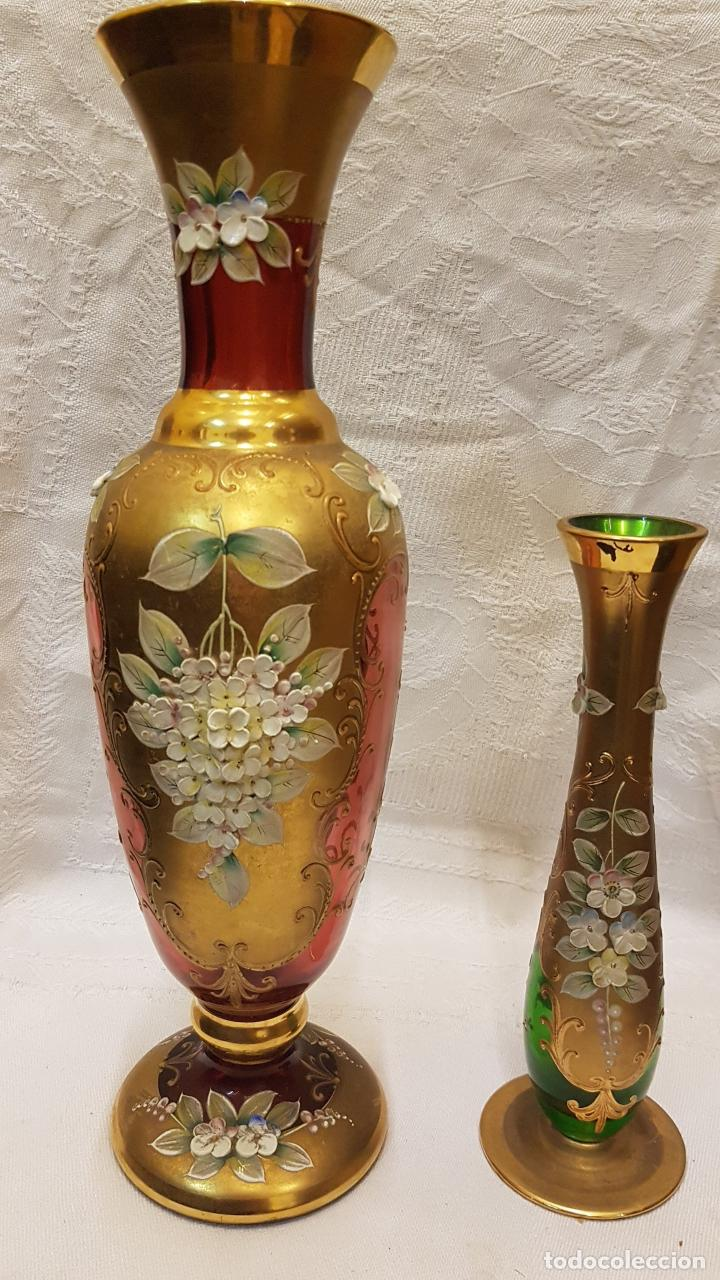 2 FLOREROS CRISTAL ROSADO Y VERDE DORADOS (Antigüedades - Hogar y Decoración - Floreros Antiguos)