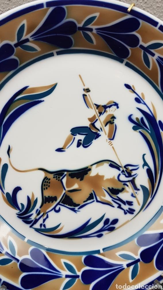 Antigüedades: Plato homenaxe a Alberto da cerámicade SARGADELOS. O HOME E O TOURO. DESCATALOGADO. Serie 346/ 2000 - Foto 3 - 205043527
