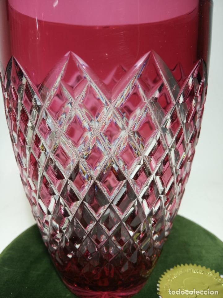 Antigüedades: Jarrón de cristal labrado con tonos rojizos. 16 cm. de alto. 10 cm de diámetro. - Foto 2 - 205052827
