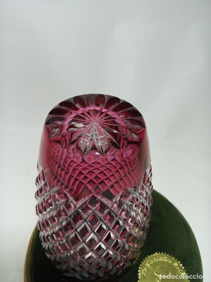 Antigüedades: Jarrón de cristal labrado con tonos rojizos. 16 cm. de alto. 10 cm de diámetro. - Foto 3 - 205052827