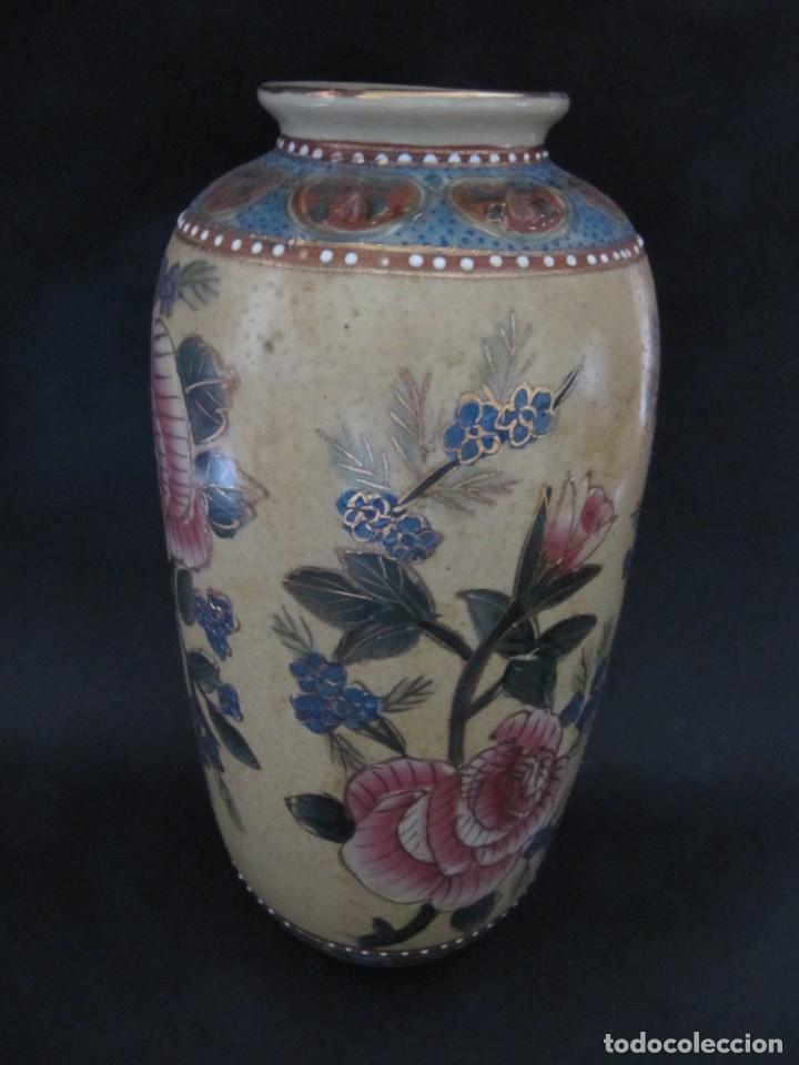BONITO JARRÓN FLORERO CON DECORACION FLORAL. 27 CM (Antigüedades - Hogar y Decoración - Floreros Antiguos)