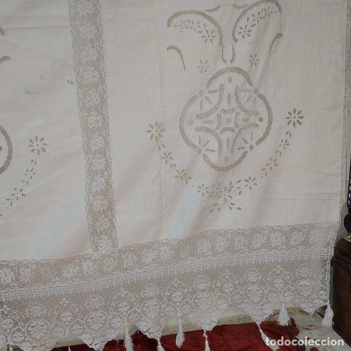 Antigüedades: CORTINA. ALGODÓN CON BORDADOS Y APLICACIÓN DE ENCAJES. ESPAÑA. XIX-XX - Foto 7 - 205098148