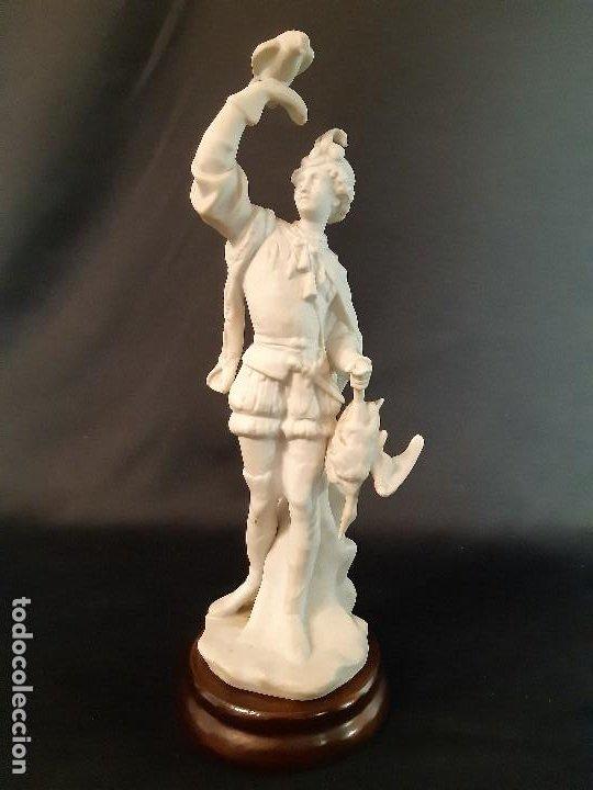 FIGURA DE BISCUIT. HALCONERO. BASE MADERA. SIGLO XX. (Antigüedades - Porcelanas y Cerámicas - Lario)