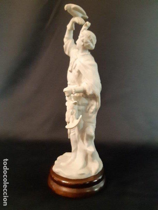 Antigüedades: Figura de biscuit. Halconero. Base madera. Siglo XX. - Foto 2 - 205106970